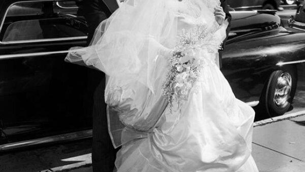 Elizabeth Taylor pudó haber tenido ocho bodas pero nadie olvidará la primera con Conrad Nicky Hilton en 1950. La falda con varias capas de tul la hicieron lucir perfecta a sus 18 años.