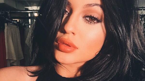 Sus voluminosos labios, según Kylie, se consiguen sólo con un buen delineador. Sin embargo, para imitarlos, cientos de adolescentes utilizan un método muy diferente que se ha hecho viral en redes.