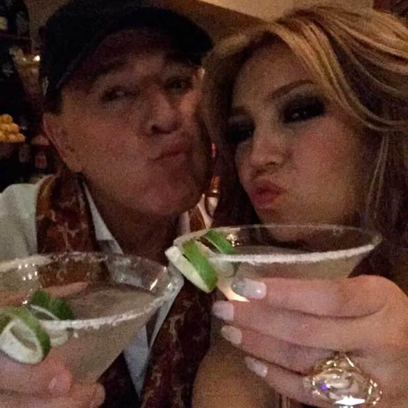 Tras el éxito de su presentación en Premios Lo Nuestro, la cantante salió en plan romántico con su esposo, Tommy Mottola.