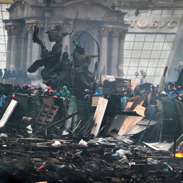 manifestantes atras de barricadas