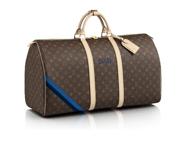 Nada más posh como una maleta con las iniciales de tu papá para sus viajes de negocio.