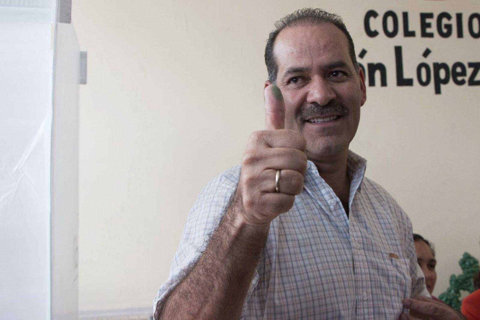 Martín Orozco Sandoval, candidato panista a la gubernatura de Aguascalientes, votó en la capital del estado y dijo estar confiado de ganar la elección y se negó a responder si impugnará en caso de que los resultados no le favorezcan.