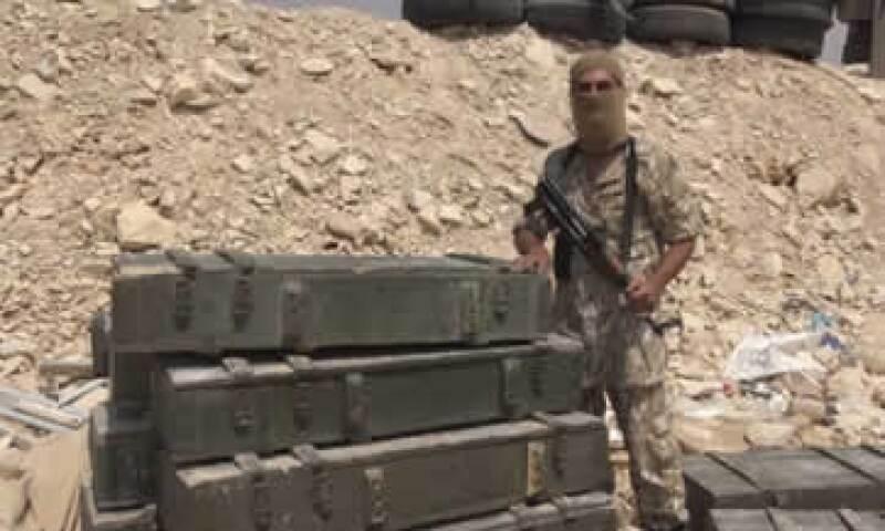 Un integrante de ISIS posa con un supuesto botín luego de tomar la ciudad siria de al-Qaryatayn. (Foto: ISIS )