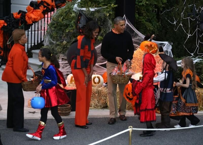 Durante todo el tiempo la pareja convivió con los niños mientras les entregaban los dulces.