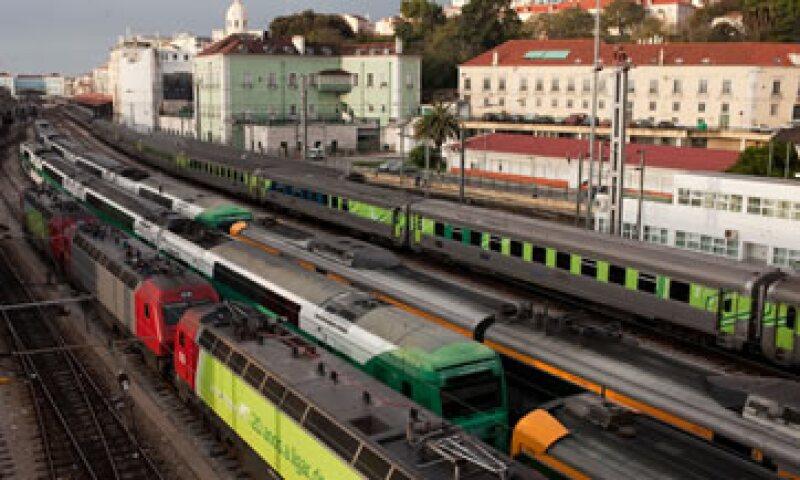 Una huelga de trabajadores del sistema de transporte público dificultaba este  martes el traslado de personas a sus lugares de trabajo. (Foto: AP)