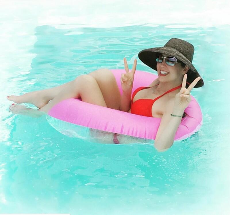 La cantante presumió su cuerpazo en un bikini rojo.