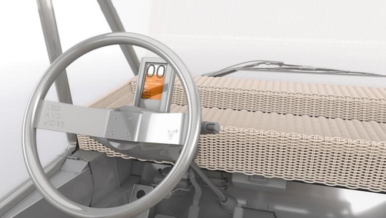 Soldados con láser, su volante y su chasis son de acero inoxidable;  sus cuatro asientos están hechos de tapicería trenzada.