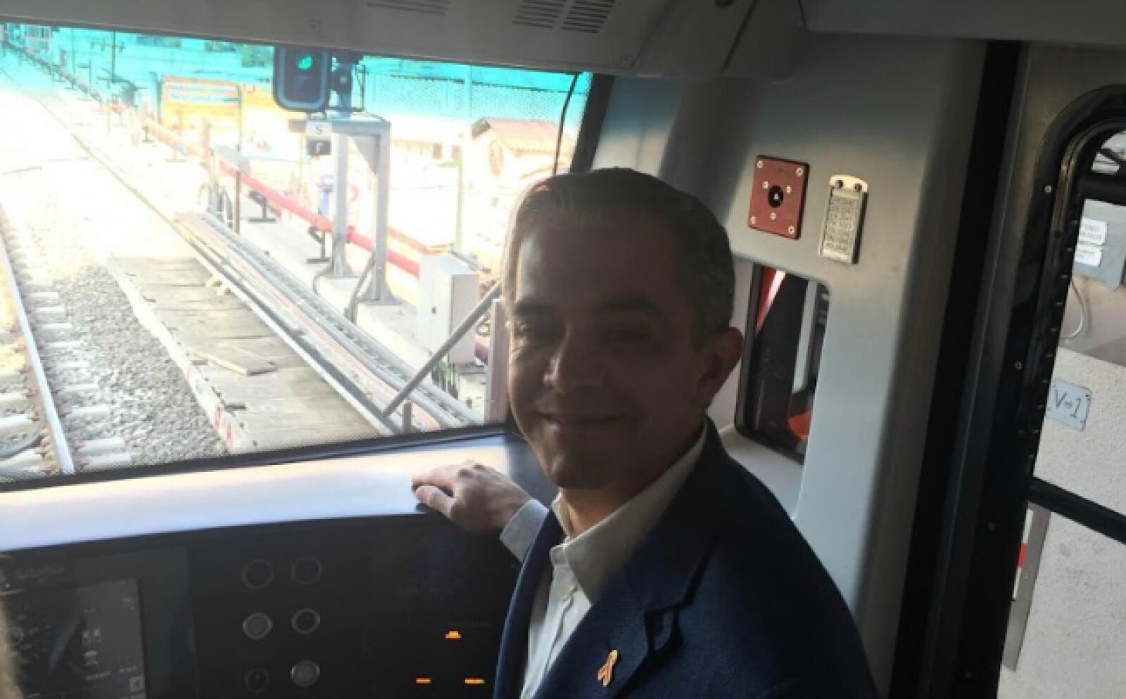 El jefe de Gobierno del DF subió a uno de los trenes para dar el primer recorrido tras la reapertura