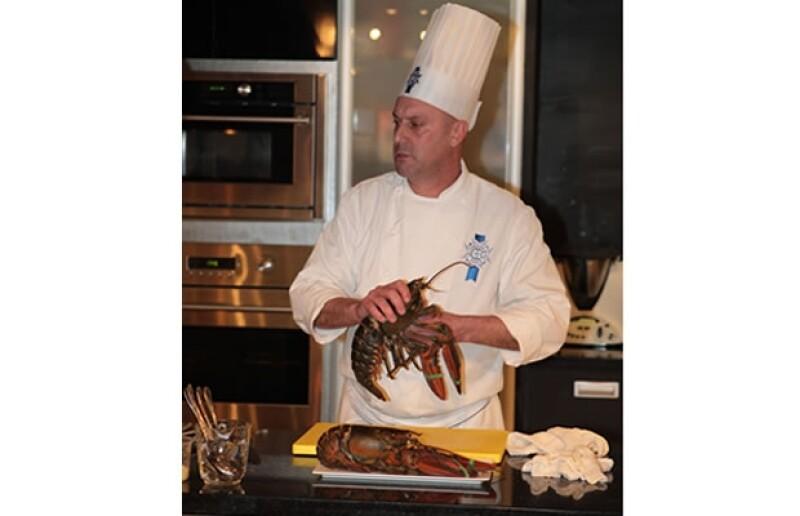El chef Denis Delaval dejando lista la langosta para preparar el platillo.