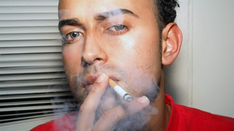 Fumador fuma cigarro de tabaco