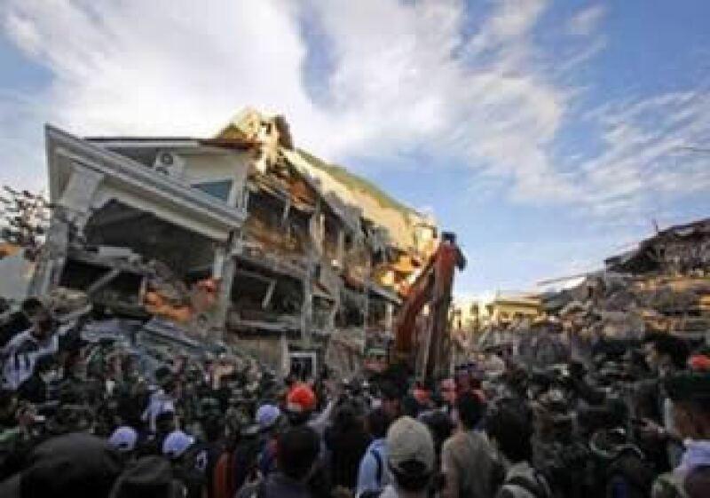 El Hotel Ambacang colapsó con el sismo de magnitud 7.6. (Foto: Reuters)
