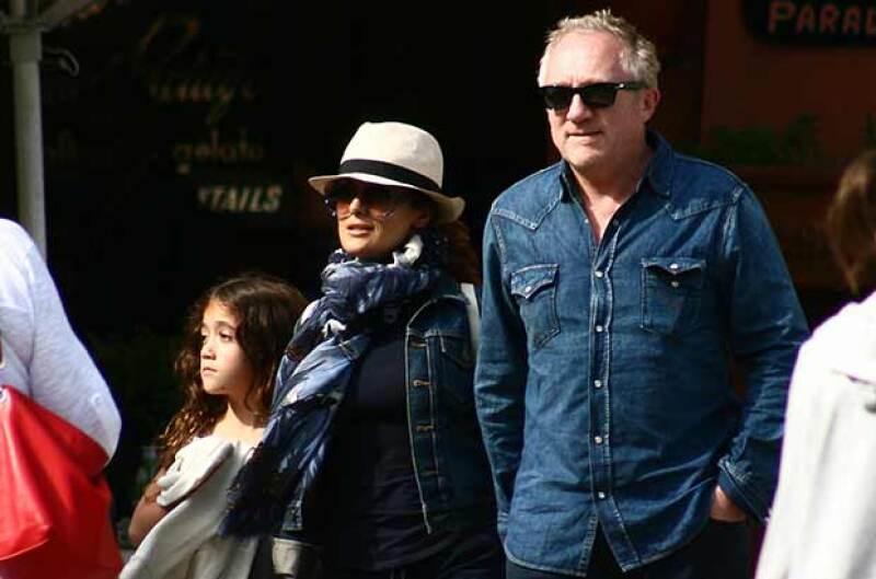 La actriz fue vista con su esposo Francois-Henri Pinault y su hija Valentina Paloma caminando por este bello destino turístico.