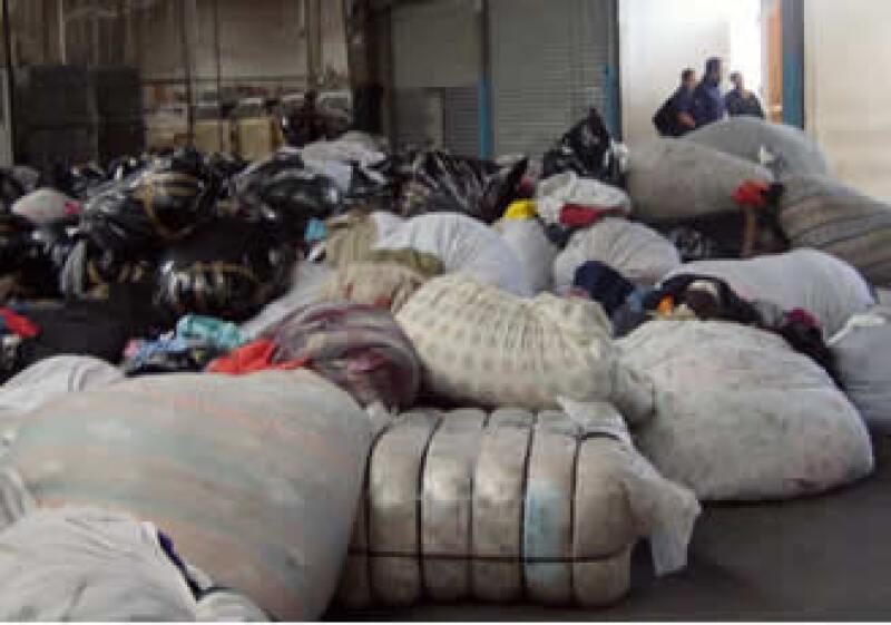 La PGR confiscó 700 toneladas de ropa de contrabando, las cuales serán entregadas el miércoles a una cementera. (Foto: Silvia Ortiz)