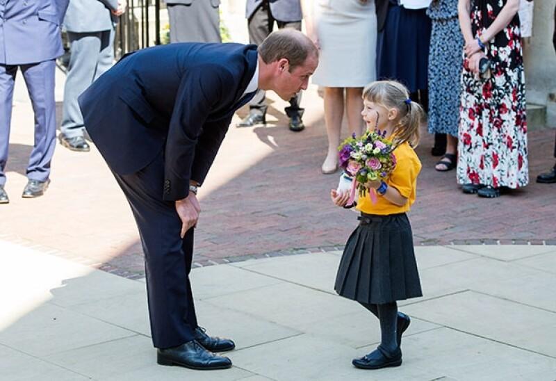 El orgulloso papá asistió a la Universidad de Oxford donde convivió con niños y compartió su felicidad por la próxima llegada de su segundo hijo.
