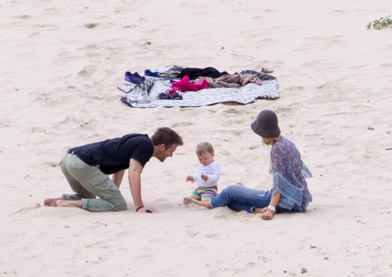 Los actores no pararon de darle atenciones a su pequeña hija.