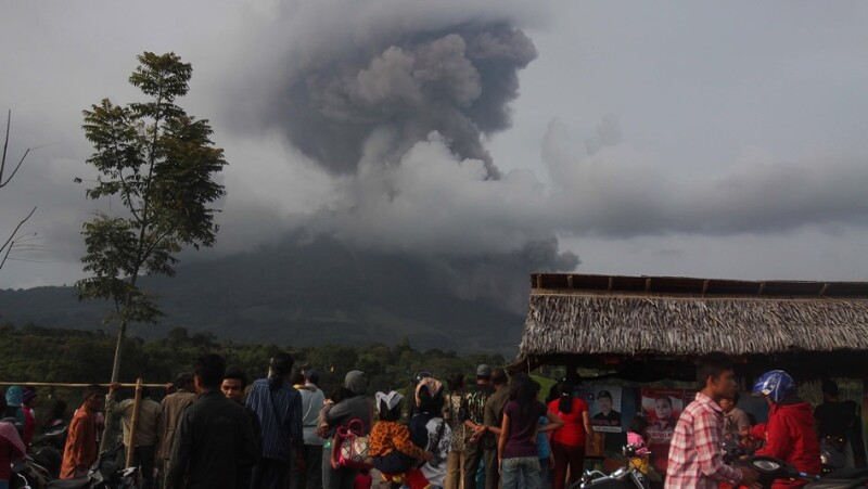 indonesia, volcan, erupcion, monte sinabung, alerta, evacuacion