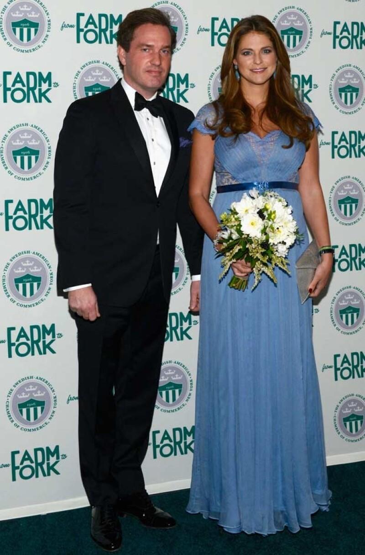 La cuarta heredera a la corona sueca acudió anoche a una gala en Nueva York, ahí la esposa de Chris O´Neill uso un vestido azul que ya le habíamos visto a la princesa Alexandra de Luxemburgo.