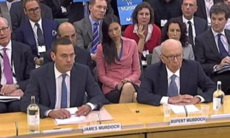 James Murdoch y su padre, Rupert Murdoch, comparecen ante el parlamento de GB. (Foto: Reuters)