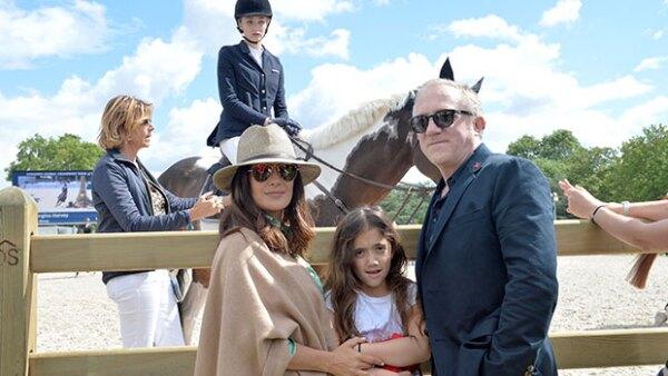 La actriz y su familia acompañaron a Mathilde, hija del primer matrimonio de François-Henri Pinault, en una competencia ecuestre, ¡esta foto prueba la gran relación que hay entre ellas!