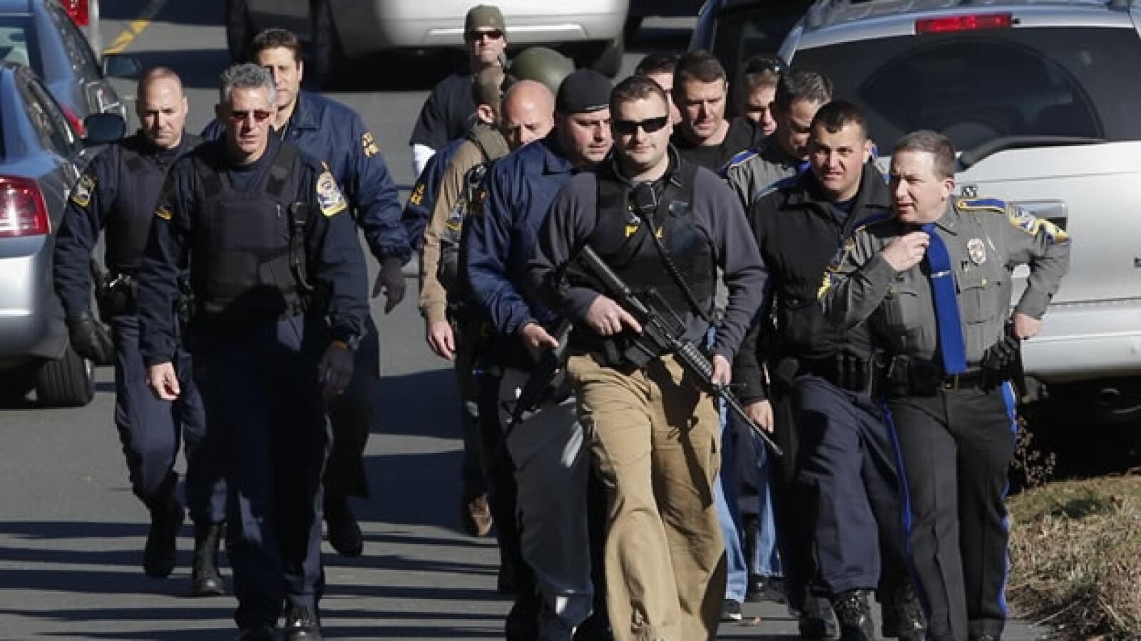policias afuera de la escuela sandy hook