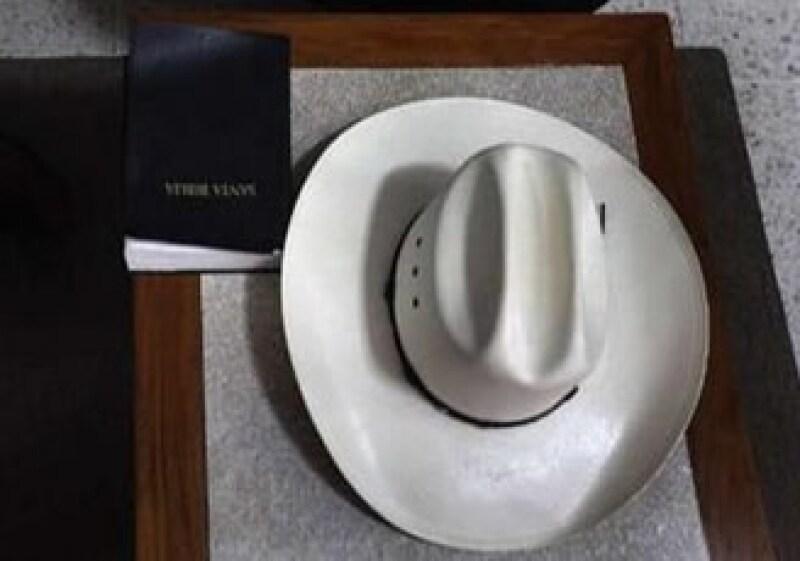 El sombrero y la Biblia, de Manuel Zelaya, lucen sobre un escritorio de la embajada de Brasil. (Foto: Reuters)