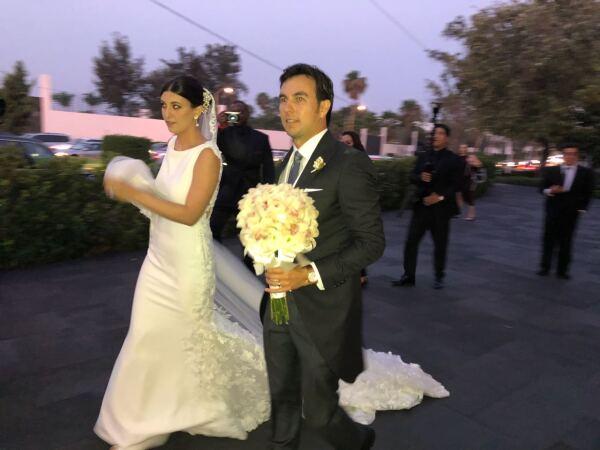Los recién casados saliendo de la iglesia
