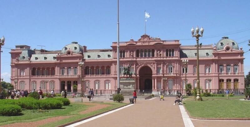 El lugar donde está construida la Casa Rosada antes fue un fuerte. Después se construyó el Palacio de Correos y a un lado estaba la Casa de Gobierno, por estética se unieron a través de un arco central.
