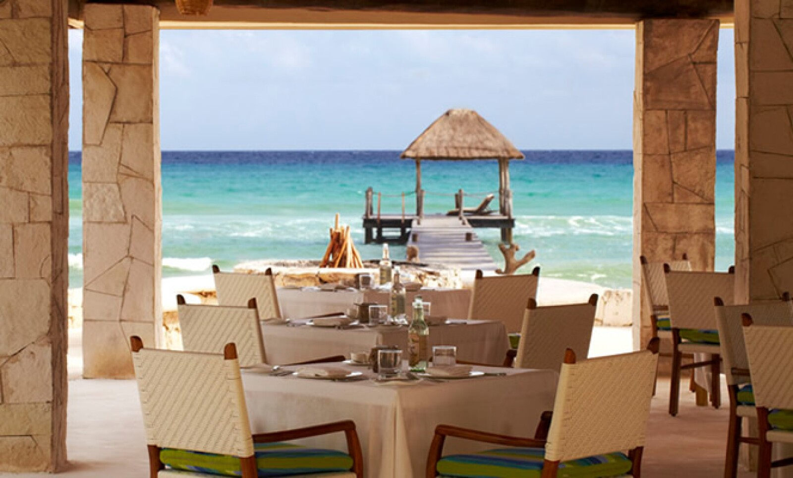 El restaurante La Marea ofrece características innovadoras en su cocina 'Mayaterránea', y sirve su interpretación contemporánea de la cocina Mexicana y la cocina Maya, matizadas con influencias mediterráneas.