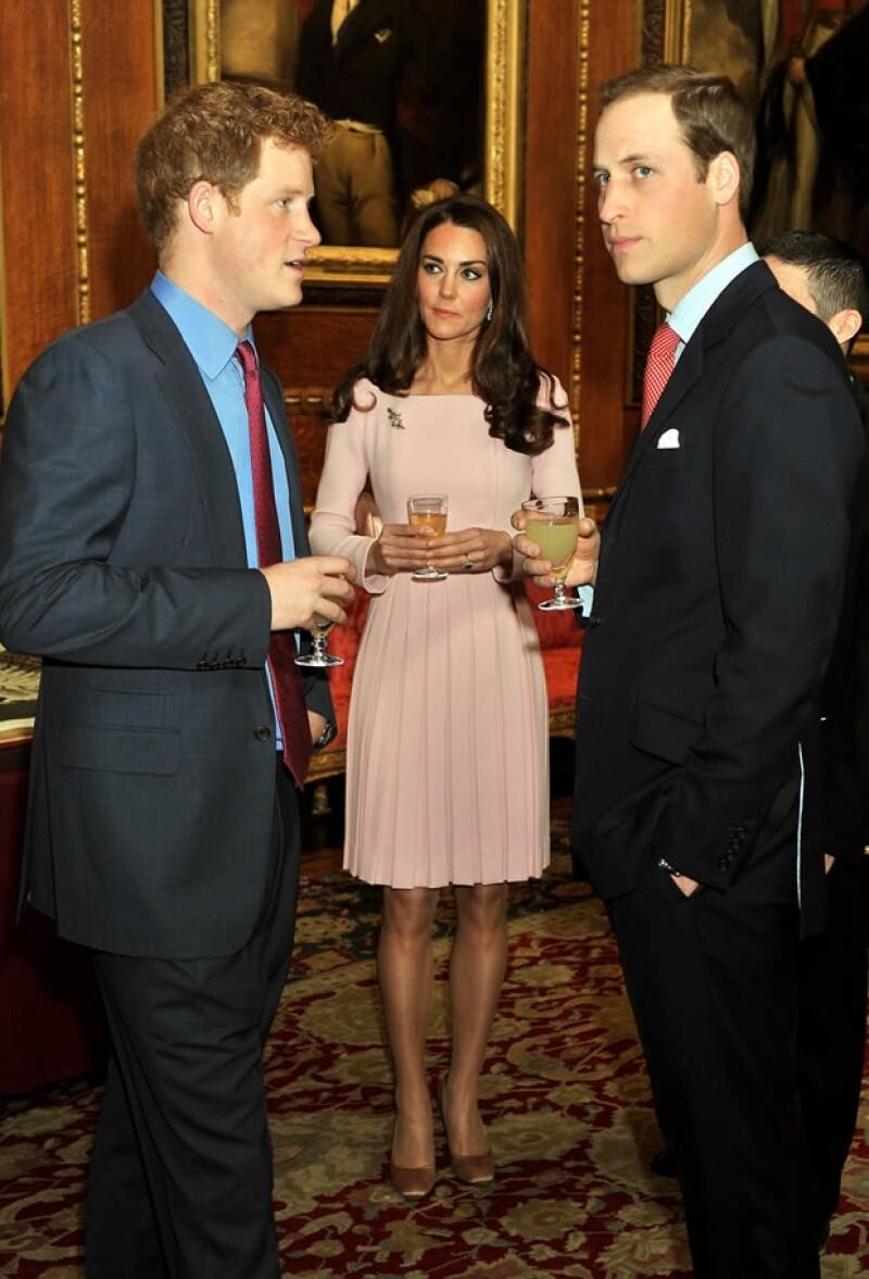 Kate Middleton Se Luce En Comida Con La Reina