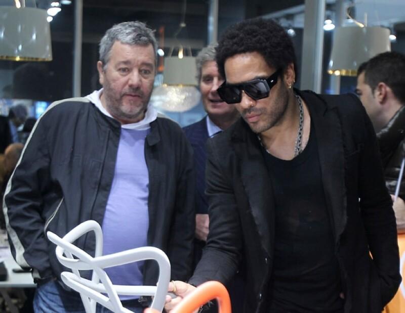 El cantante presentó en Italia una colección de sillas que él mismo diseñó y las cuales forman parte de su línea Kartell goes Rock.
