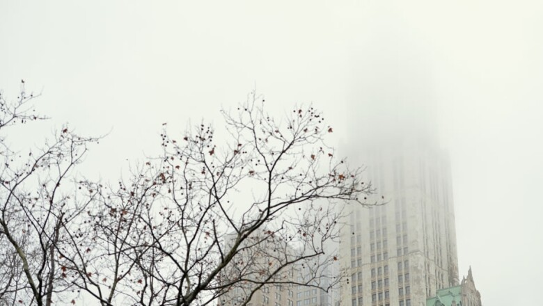 un edificio cubierto de niebla en el bajo manhattan