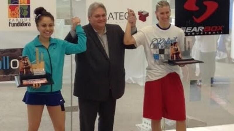 Paola Longoria (izquierda) sostiene el título de campeona este domingo en el ?Paola Longoria Invitationla?