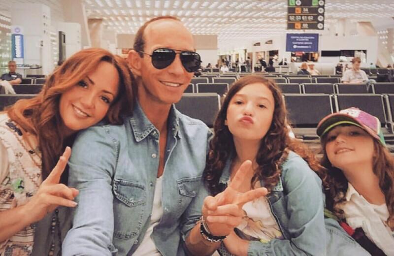 La conductora, su esposo Erik Rubín y sus hijas, Mía y Nina, se encuentran en Orlando descansando y pasando inolvidables momentos juntos.