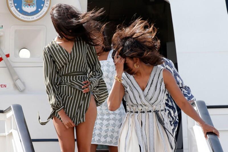 La primera dama de Estados Unidos viajó junto con sus hijas a España, fue a su llegada al aeropuerto que la hija mayor de Michelle tuvo que luchar con su vestido y el viento.