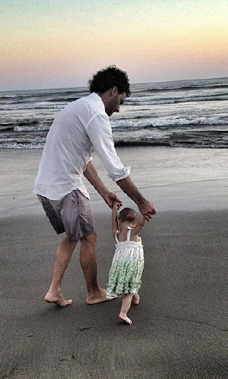 Erick Elías y la pequeña Penélope.