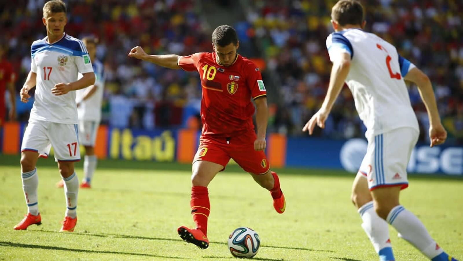 El centrocampista Eden Hazard (centro) del Chelsea fue factor clave en la victoria del conjunto belga