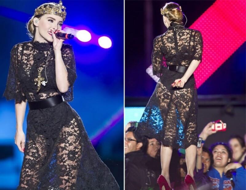 El vestido con transparencias dejó ver su esculpida figura y un poco de piel.
