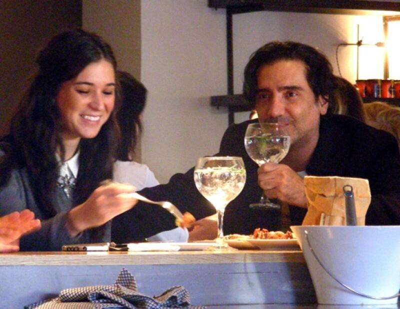 Alejandro mantiene una relación de noviazgo con Karla Laveaga.