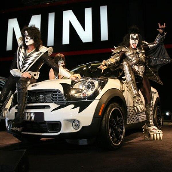 Los cuatro vehículos serán subastados y ayudarán a un fondo especial de la UNICEF para niños de bajos recursos económicos en Japón.