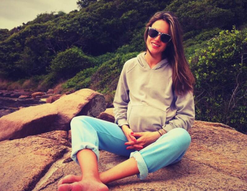 La modelo brasileña compartió todo su embarazo mediante Twitter y para no perder la costumbre, su esposo, Jamie Mazur, fue quien usó este medio para dar la noticia.