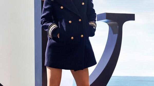 """La modelo demuestra que es más que sólo una cara bonita en la campaña publicitaria de la nueva fragancia del diseñador, """"The Girl""""."""