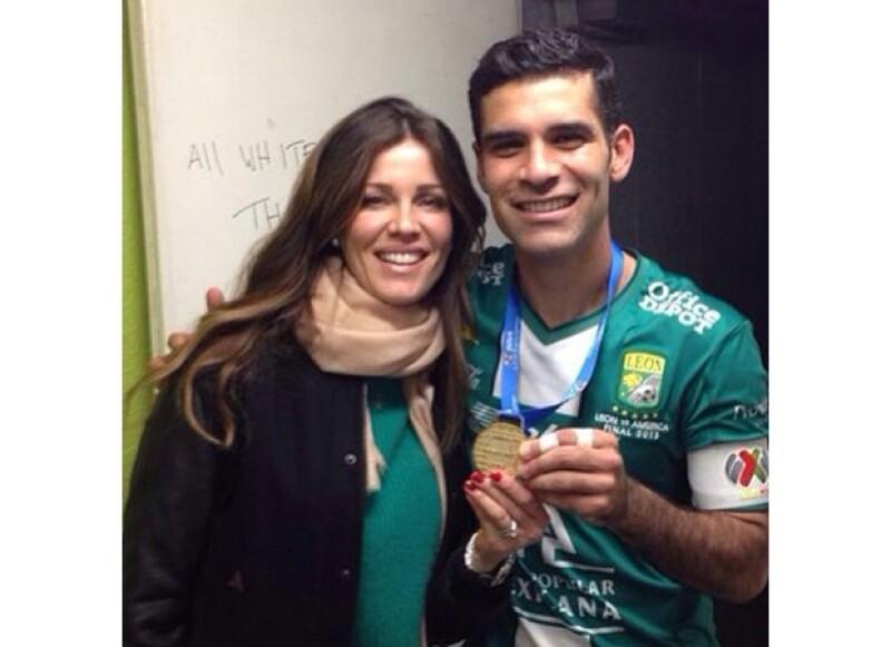 Jaydy y Rafa compartiendo la medalla que él ganó como capitan del Club León, campeón del futbol mexicano.