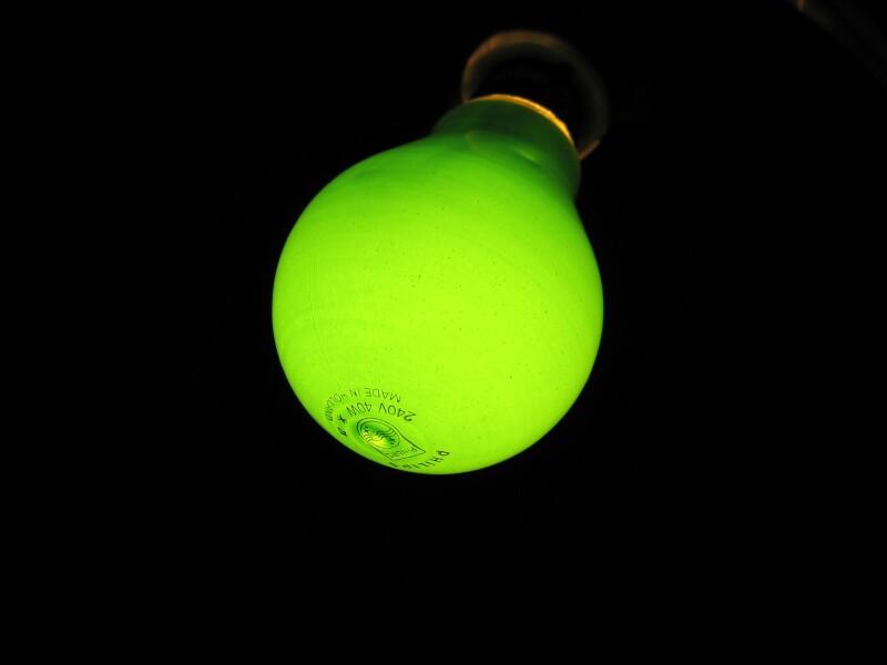 Un foco LED tiene una vida útil de entre 50,000 y 100,000 horas contra las 1,000 que dura un incandescente. (Foto: SXC)