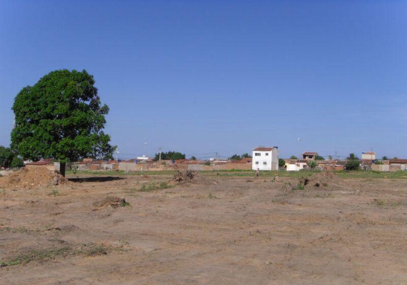Terreno y casas