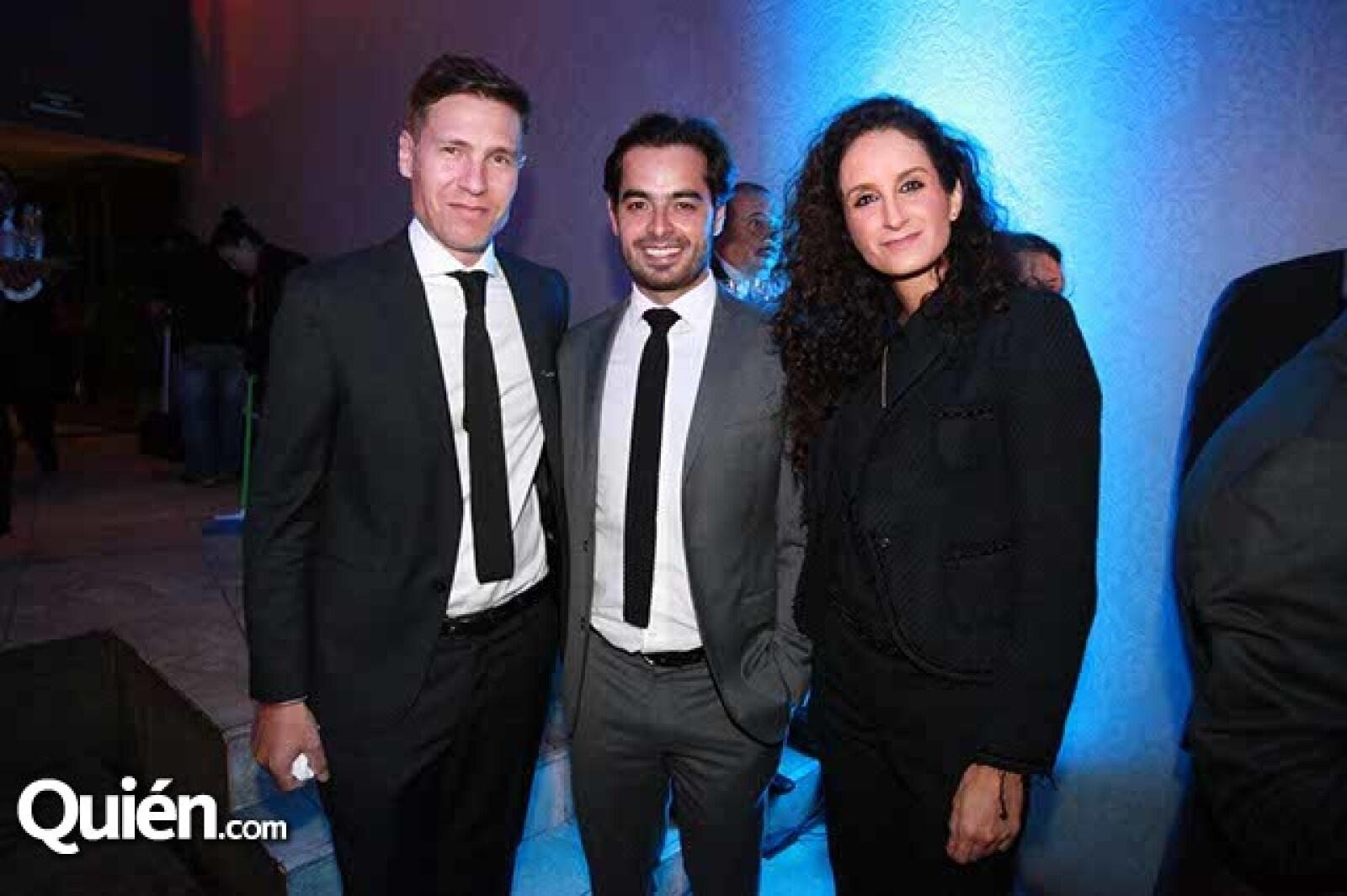 Javier Hernández,Carlos Orellana y Tatiana Vela