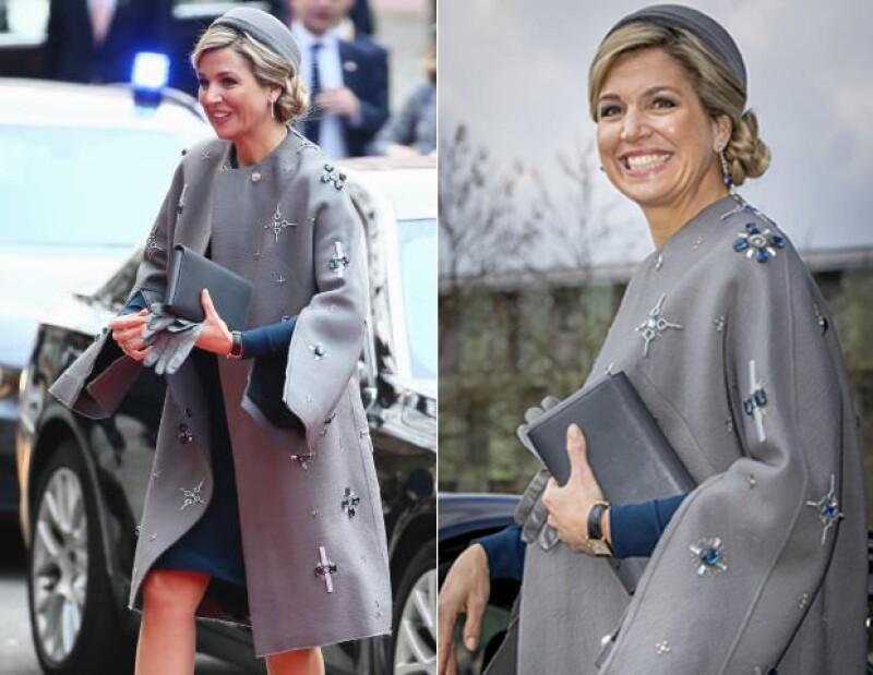El abrigo esta bordado enteramente con pedrería y formas.