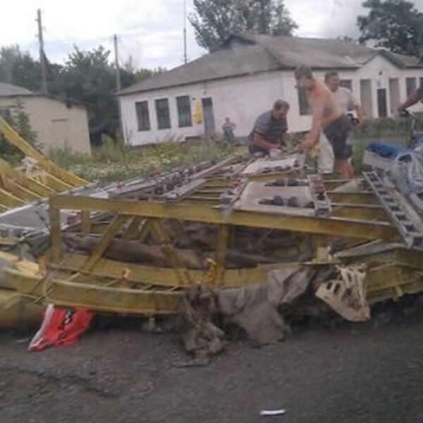 Personas de Torez, Ucrania, levantan escombros del avión que se estrelló