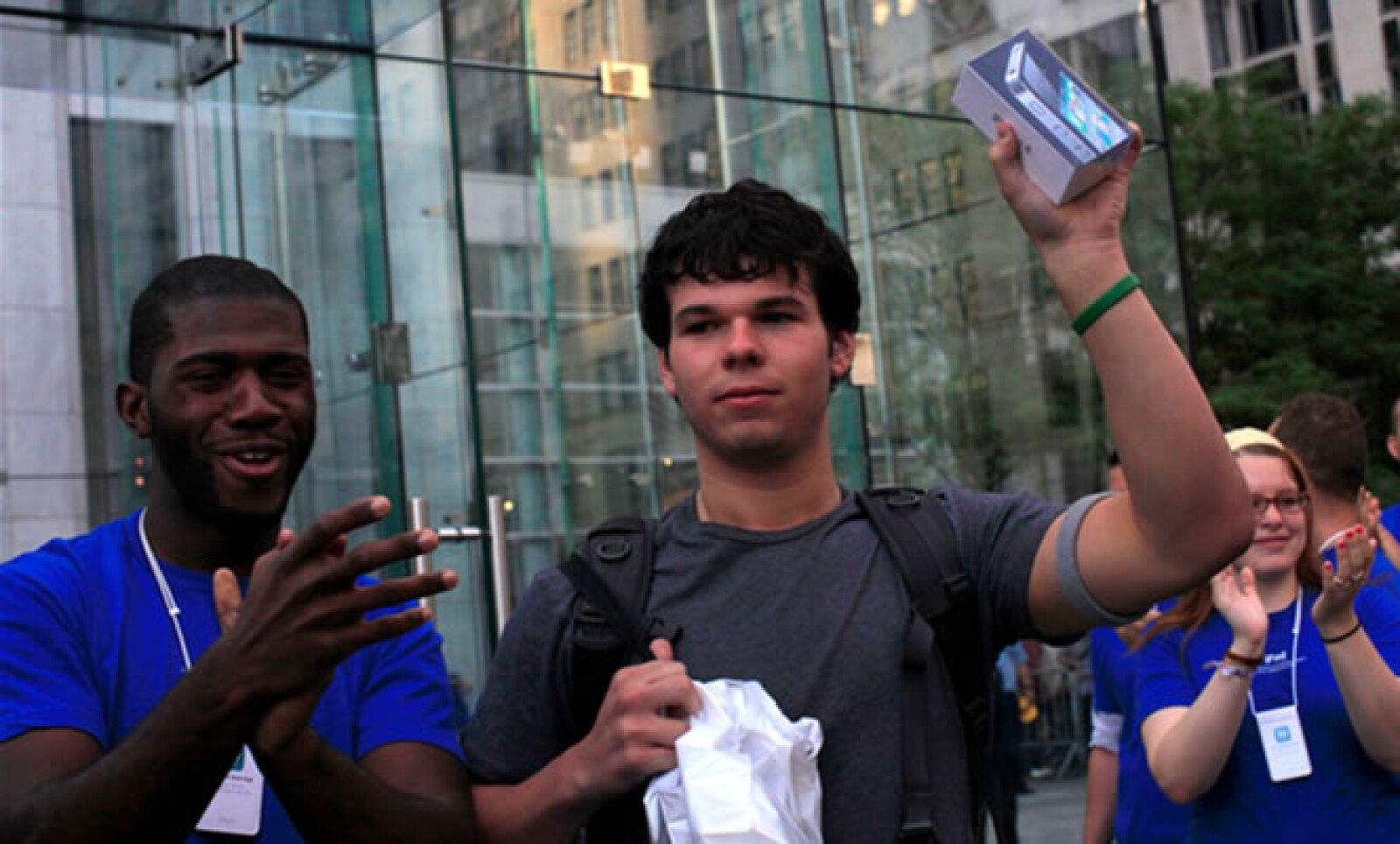 Evan Wiendczak se convirtió en el primer comprador del iPhone 4 en la tienda de Nueva York.