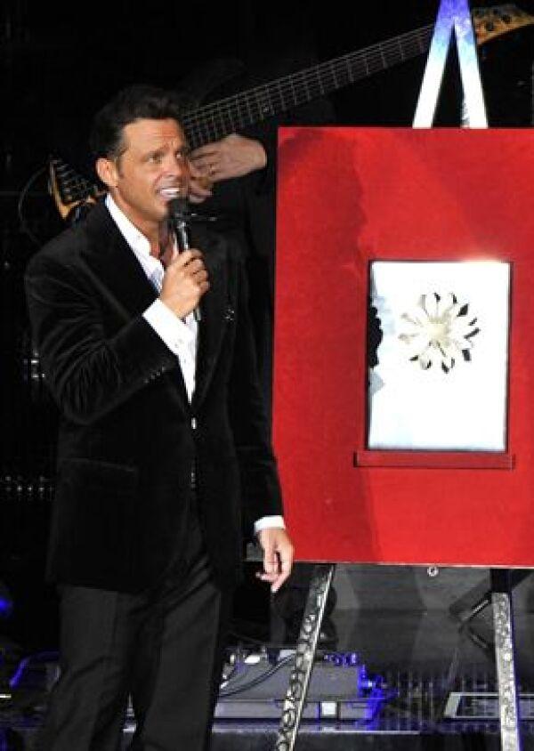 Recibió la Dalia de Plata por haber impuesto el récord de 180 funciones en dicho recinto y lograr acumular millón y medio de personas.