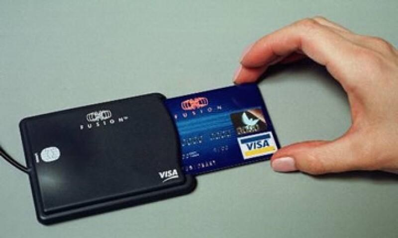 Los bancos que emiten las tarjetas Visa también aportarán fondos para pagar la multa de Visa por 4,100 mdd. (Foto: AP)